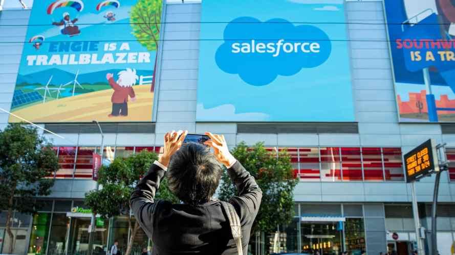 Hombre toma una foto del logotipo de Salesforce