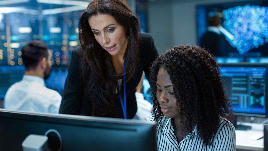 mujeres que miran la misma pantalla de computadora consultándose sobre la seguridad de los datos